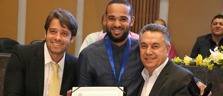 Vereador Rafael Demarchi entrega Medalha do Mérito Gospel